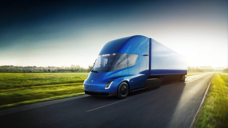Tesla anticipa il Camion e rinvia la Roadster