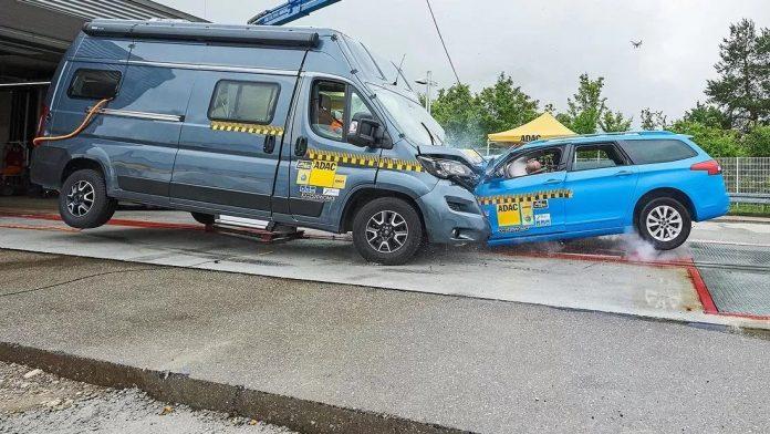 Crash Test da incubo, Auto contro Camper è morte certa!