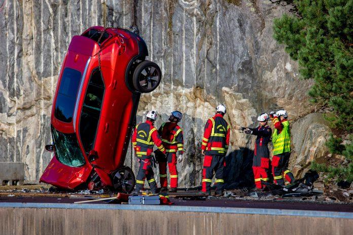 Volvo Cars e il Crash Test dalla Gru per i Soccorsi [VIDEO]