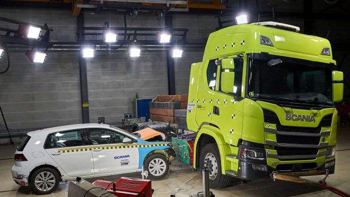 Scania crash test della Volkswagen Golf contro la Batteria