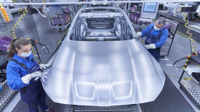 BMW taglia i modelli e punta sull'Elettrico