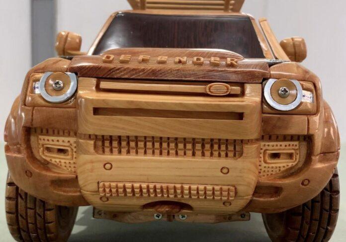 Un Falegname realizza una Land Rover Defender di Legno